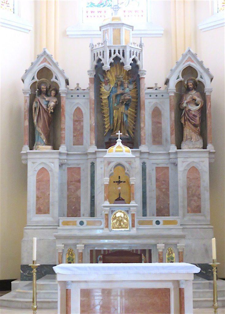 The main altar in Iglesia Nuestra Señora del Perpetuo Socorro