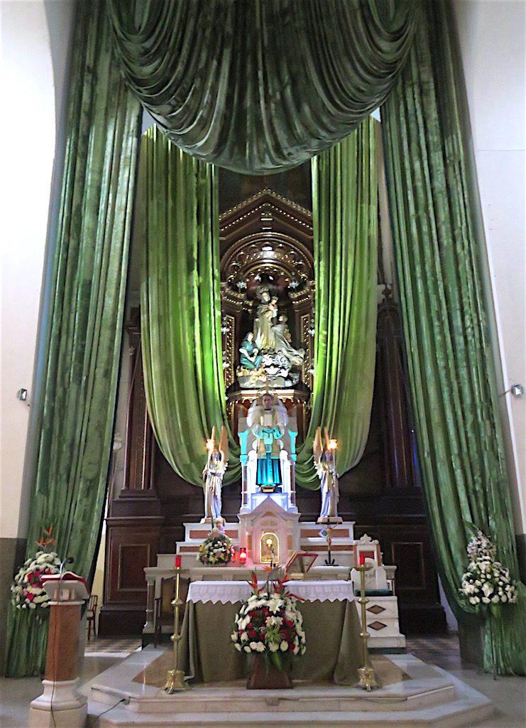 The main altar in Iglesia de Nuestra Señora del Sufragio