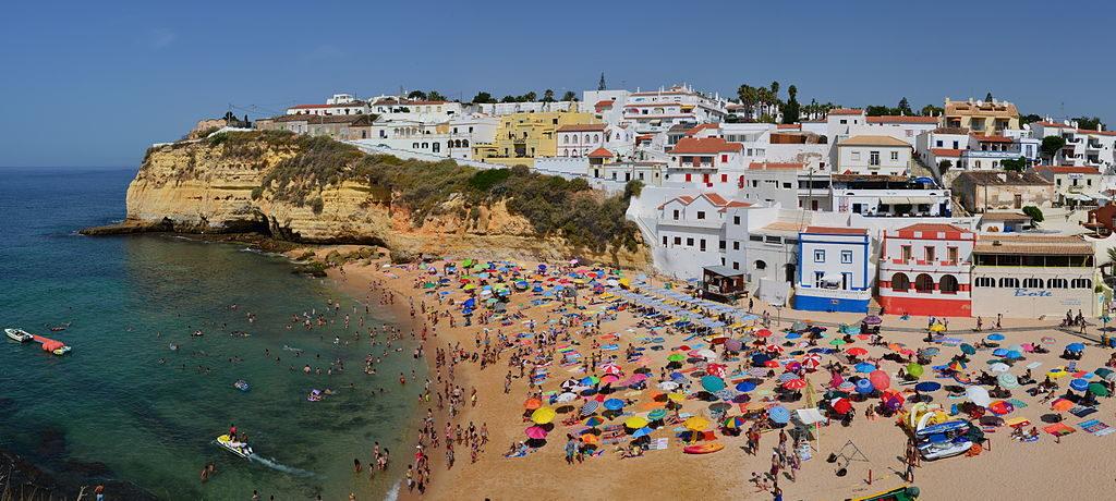 Praia de Carvoreiro beach in the Algarve, photo by Tobi87